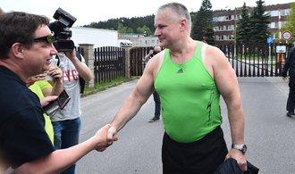 Škoda Kajineq i recenze na zelené tílko. Propuštění slavného vězně zaujalo na sociálních sítích