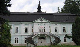 Hasiči dostali požár zámku v Horním Maršově pod kontrolu. Oheň zničil všechny střechy