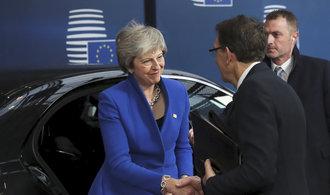 Komentář Petra Bartoně: Jednou nohou navždy v unii