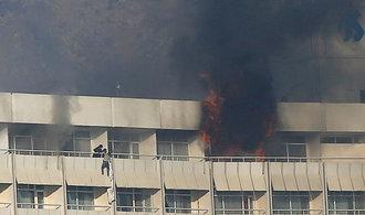 Tálibánci zaútočili na mezinárodní hotel. Zabili čtrnáct cizinců a čtyři místní