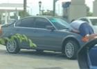 Řidič BMW byl napaden na čerpací stanici. Auto použil jako zbraň a ujel