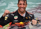 Videa: Selhání brzd Leclerca a skok Ricciarda do bazénu