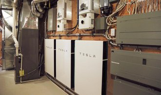 """Tesla má opět problém s výrobní kapacitou, nestíhá dodávat """"domácí baterie"""""""