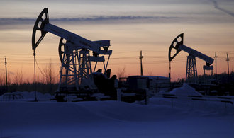 Světu se nedaří objevovat novou ropu. Propad cen srazil investice do průzkumu