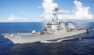 Americký torpédoborec se srazil s obchodní lodí. Deset lidí se pohřešuje