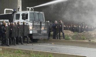 Uprchl�ci v Calais se st�etli s policisty, h�zeli l�hve a kameny