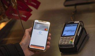 Placení mobily potáhne nahoru bezkontaktní platby, říká šéf českého Mastercard