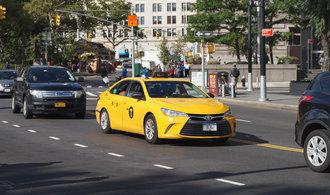 OBRAZEM: Osmiválcové sedany vyměnili newyorští taxikáři za japonské hybridy