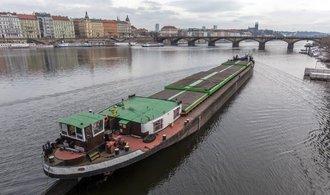 Stavbaři začali prohlubovat Vltavu, nákladní lodě budou moci převézt o stovky tun více
