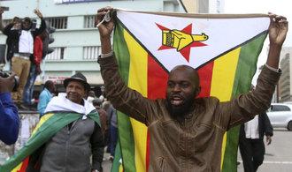 'Jsou to slzy štěstí'. Lidé v Zimbabwe oslavují očekávané svržení Mugabeho