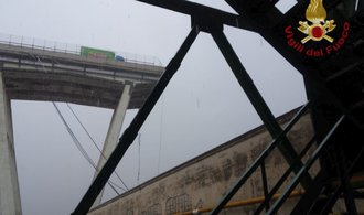 V Janově se zřítil kus dálničního mostu. Na místě jsou až desítky mrtvých, spadl i český kamion