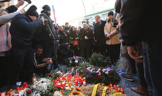 Tisíce lidí vyšly do ulic proti Zemanovi s Babišem. Nesly transparenty Odstup, satane