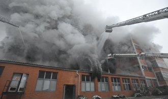 V Litvínově hoří hala firmy Celio. Odhadovaná škoda je sto milionů
