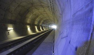 Nejdelším železničním tunelem v Česku projel zkušebně první vlak