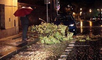 Větrem povalené stromy omezily dopravu, bez proudu jsou tisíce míst v Česku