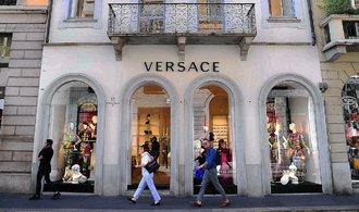 Značka Versace se prý brzy stane součástí holdingu Michaela Korse. Jeho akcie padají