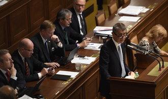 Vláda prosadila možnost odvolávat státní tajemníky na ministerstvech, pomohly jí hlasy SPD a komunistů