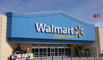 Zisk Walmartu klesl téměř o polovinu