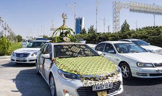 Turkmenský diktátor vytlačuje z ulic tmavá auta