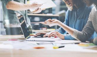 Korporace v Česku pomalu následují západní trend, na zavádění inovací si najímají externí firmy