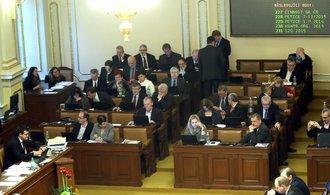 Sněmovna obnovila činnost, noví poslanci skládají slib