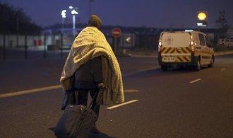 T�bor v Calais byl evakuov�n rychleji, ne� se o�ek�valo. �ada uprchl�k� utekla