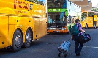 Tvrdá konkurence FlixBusu a RegioJetu je znát i v jejich mediální komunikaci