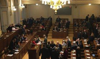 Sněmovna vyzvala vládu, aby zablokovala zavedení mechanismu pro přerozdělování azylantů
