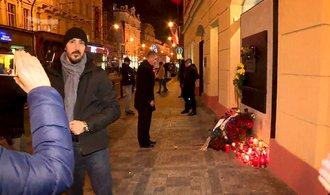 Tisíce lidí vyšly do ulic proti Zemanovi s Babišem. Nesou transparenty Odstup, satane