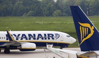 Ryanair osekává výhled svého zisku, stěžuje si na příliš levné letenky
