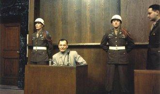 Sedmdes�t let od Norimbersk�ho procesu. Na lavici ob�alovan�ch usedlo 22 nacistick�ch pohlav�r�