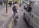 Cyklistku obtěžovali muži v dodávce. Neuvěříte, jak se jim pomstila!