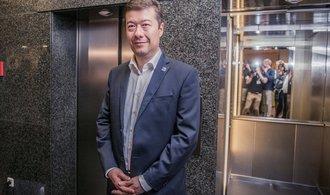 Okamura prodává svým příznivcům sushi sety
