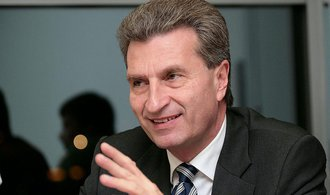 Eurokomisař Oettinger: EU by měla svým členům spolufinancovat péči o migranty