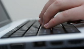 Vojen�t� zpravodajci by m�li sledovat d�n� na s�ti. Novela je pov��� kybernetickou obranou