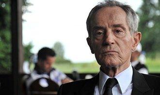 Herec Jan Tříska spadl z Karlova mostu, ve vážném stavu leží v nemocnici