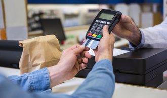 Hotovost se loučí s Českem, banky se předhání v nabídkách platebních terminálů malým krámkům