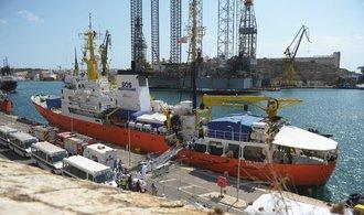 Loď Aquarius vzala na palubu další migranty, přístav stále hledá