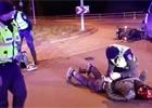 Netradiční ukončení honičky. Policisté v Estonsku srazili motocyklistu
