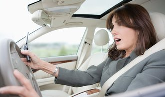 Jaké jsou Češky řidičky? Jezdí bezpečněji, ale zmatkují
