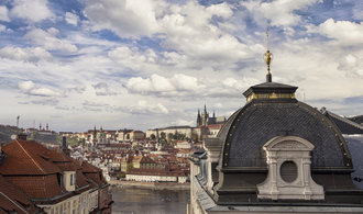 V centru Prahy se zřítila část budovy. Hasiči vyprostili tři lidi, další hledají