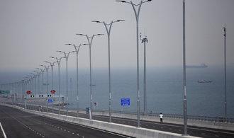 Čína otevře nejdelší most přes moře na světě. Cestu z Hongkongu do Macaa zkrátí z tří hodin na 30 minut