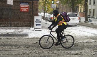 Východ USA zasáhla první sněžná bouře sezóny. Místy byla nejsilnější za desítky let