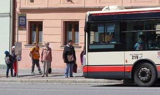 Online sledování autobusů spouští i Jihlava, Pražané na takovou možnost stále čekají