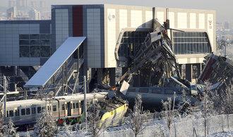 Nehoda vysokorychlostního vlaku v Ankaře si vyžádala sedm mrtvých a desítky zraněných