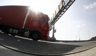 Více kamionů, více příjmů. Na mýtu se vybralo víc než loni