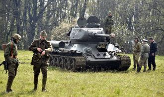 FOTO: Rekonstrukci bitvy ozdobil legendární tank T-34 i další vojenská technika