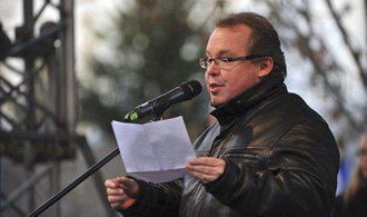 Prorektor Univerzity Karlovy Kovář podezřelý z plagiátorství rezignoval. Čelí prý osobním útokům