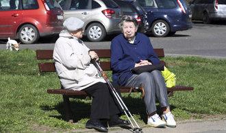 Současný důchodový systém je udržitelný a nepotřebuje reformu, uvádí vládní dokument