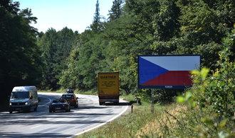České vlajky nezabraly. Provozovatelé billboardů nakonec sami odstraní silniční poutače